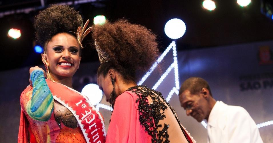 18.dez.2015 - Tarine dos Santos Lopes, da X-9 Paulistana, é eleita a primeira princesa do Carnaval e leva para casa um cheque no valor de R$ 15 mil
