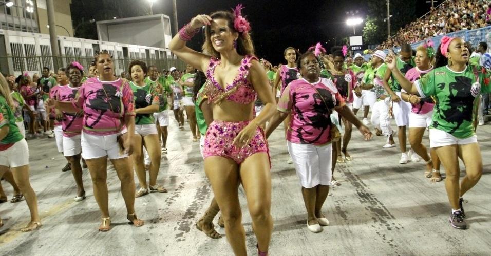 21.dez.2015 - Renata Santos cai no samba de shortinho e barriga de fora na noite de domingo (20) no ensaio técnico da Mangueira na Marquês de Sapucaí, no Centro do Rio