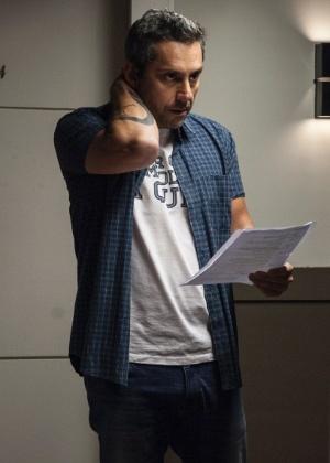 "Alexandre Nero ensaia nos bastidores de ""A Regra do Jogo"", no Projac - Pedro Curi/Globo"