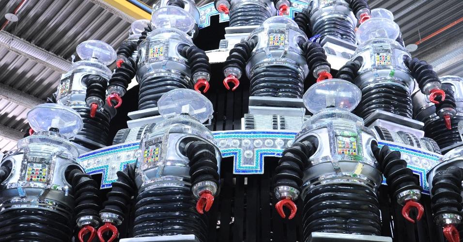 Mais de 30 robôs compõem a decoração do carro alegórico
