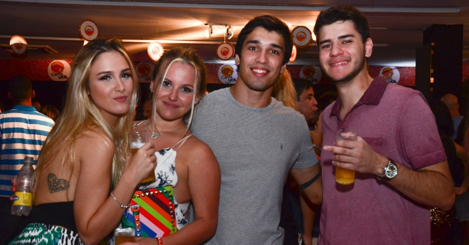 5.fev.2016 - Foliões curtem área VIP do CarnaUOL
