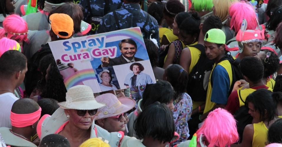 """6.fev.2016 - Folião ironiza o deputado Jair Bolsonaro (PP-RJ) com uma placa com os dizeres """"cura gay"""" durante o desfile do Muquiranas em Salvador"""