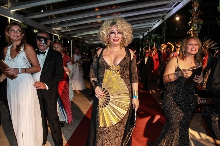 6.fev.2016 - A atriz Jane Di Castro chega ao tradicional Baile do Copa