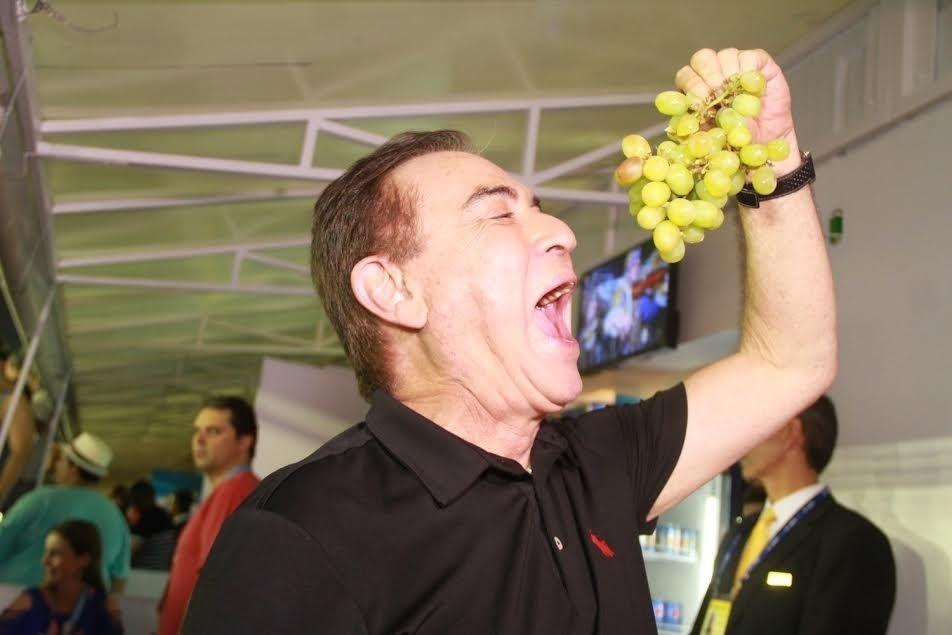 7.fev.2016 - O apresentador Amaury Jr. come frutas em camarote na Sapucaí