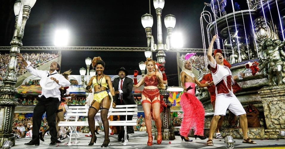 08.fev.2016 - O abre-alas da Salgueiro recria a Cinelândia, praça da região central do Rio de Janeiro.