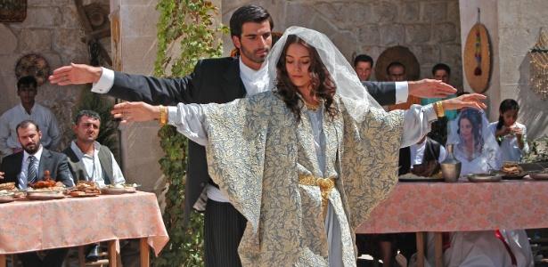 """Sila (Cansu Dere) dança com Boran (Mehmet Akif Alakurt) sem saber que ele será seu futuro marido na novela turca """"Sila - Prisioneira do Amor"""" - Divulgação"""