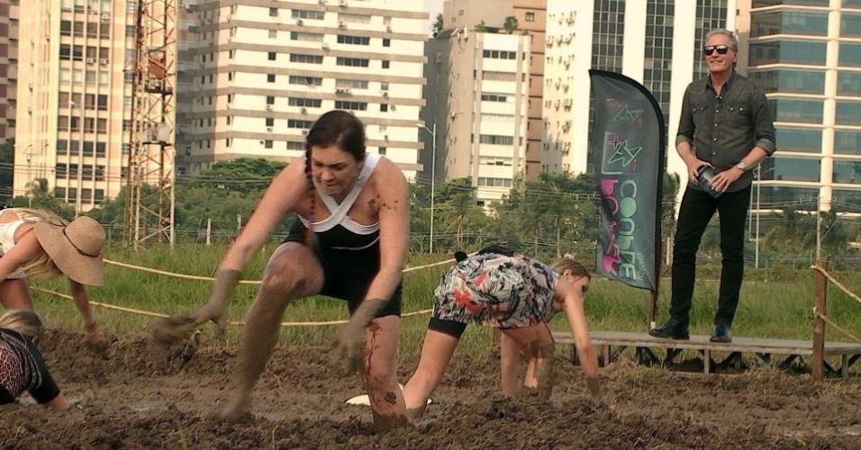 """Simony passa por sufoco em desafio realizado em uma piscina de esterco no """"Power Couple Brasil"""""""