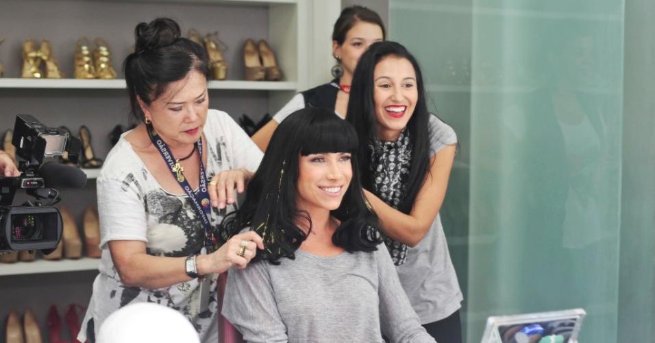 05.mai.2016 - Patricia Abravanel usa peruca preta com franja para imitar a cantora Katy Perry na centésima edição de seu programa no SBT, que irá ao ar na próxima segunda (9)