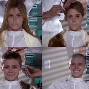 """Camila, personagem de Carolina Dieckmann, raspa a cabeça em """"Laços de Família"""" - Reprodução/Viva"""