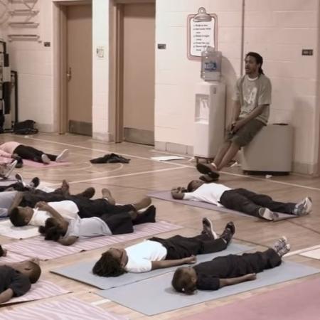 Alunos da escola fundamental Robert W. Coleman (EUA) praticam meditação  - Reprodução/Youtube