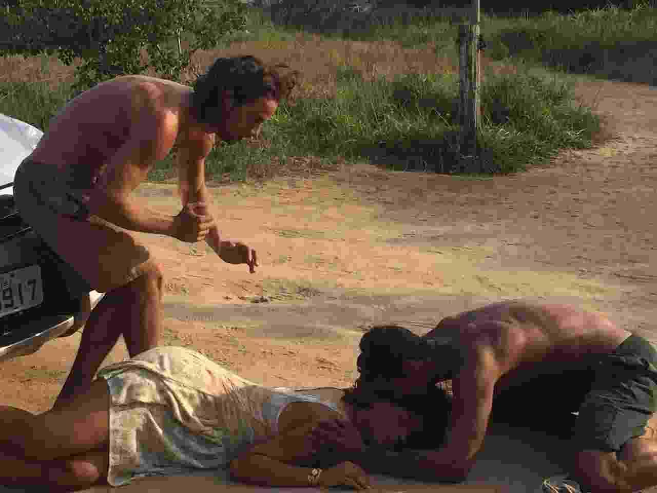 """Em """"Sol Nascente"""", Dora (Juliana Alves) será atropelada por César (Rafael Cardoso). Na cena que irá ao ar nesta segunda (31), ela busca a bola de uma das crianças e, no descuido, acaba sendo atingida pelo vilão que dirige em altíssima velocidade. O acidente não é intencional. César fica nervoso e chama a ambulância, enquanto Dora é acudida pelo marido, Tiago (Marcelo Mello Jr.), e por Nuno (Pablo Morais). Os dois a levam para o posto médico de Arraial do Sol Nascente, mas Dora acaba perdendo o bebê - Divulgação/TV Globo"""