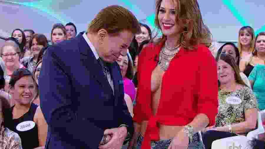 Silvio Santos olha o decote de Lívia Andrade durante gravação - Reprodução