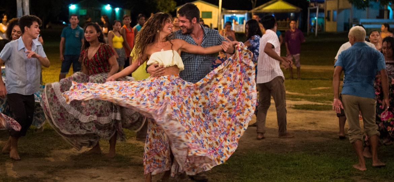 Zeca (Marco Pigossi) e Ritinha (Isis Valverde) começam a novela como noivos apaixonados, mas o destino prega uma peça no casal - Divulgação/TV Globo