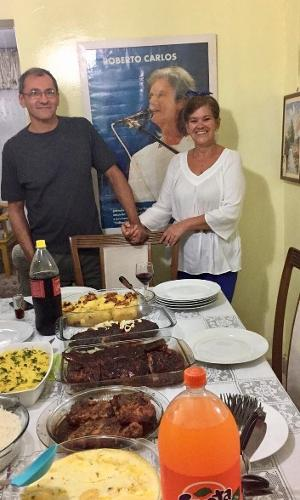 Ao lado do marido Manoel, Simone posa na comemoração de 76 anos de Roberto Carlos em sua casa na zona leste de São Paulo