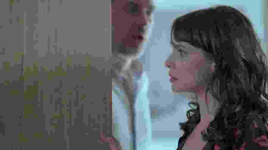 """Eugênio (Dan Stulbach) se esconde para não ser visto com Irene (Débora Falabella) em """"A Força do Querer"""" - Reprodução/GShow"""