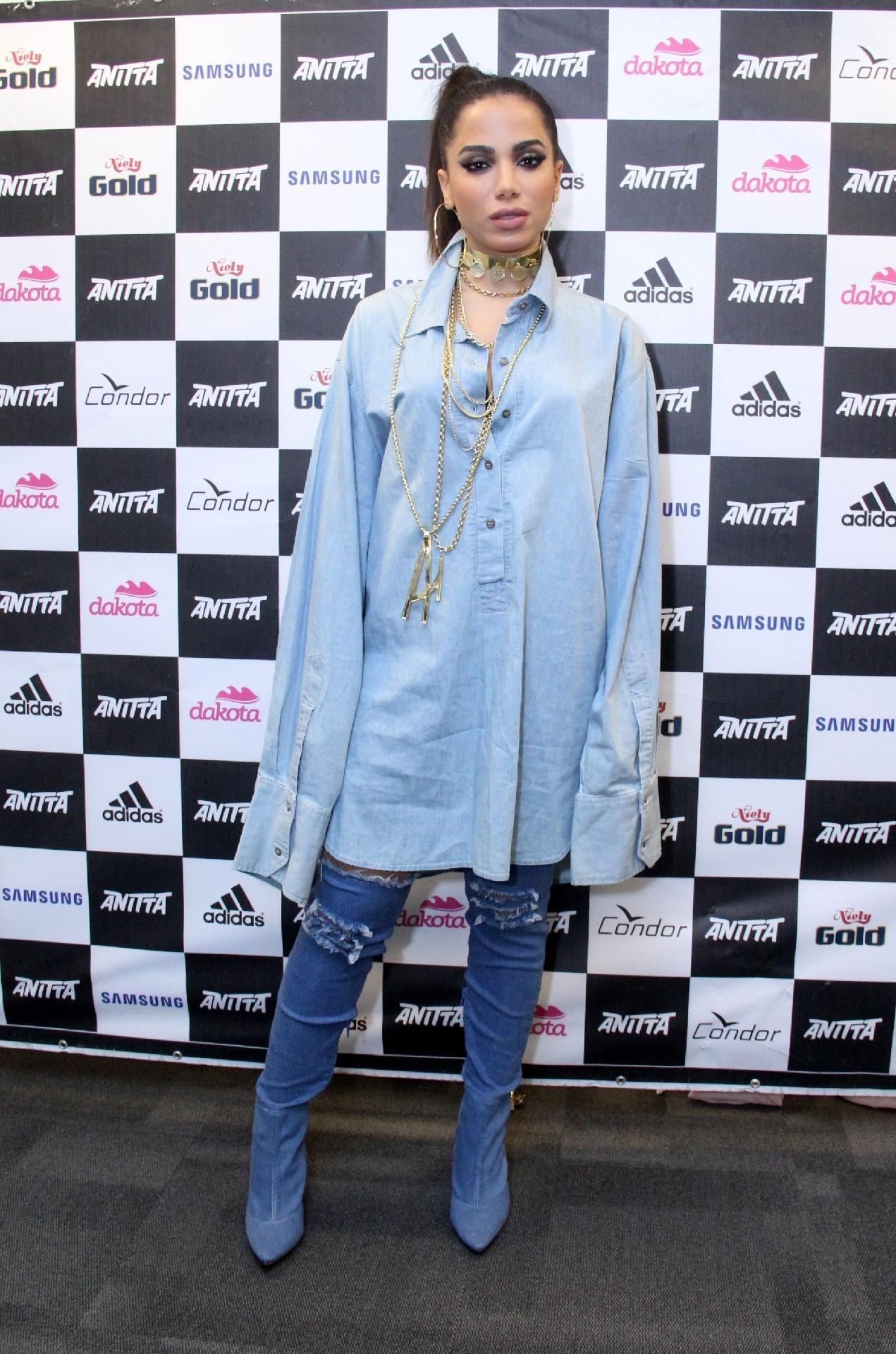 ba99262aa Copie o Look: Anitta ousa no total jeans, inspire-se no visual da cantora -  17/08/2017 - UOL Universa