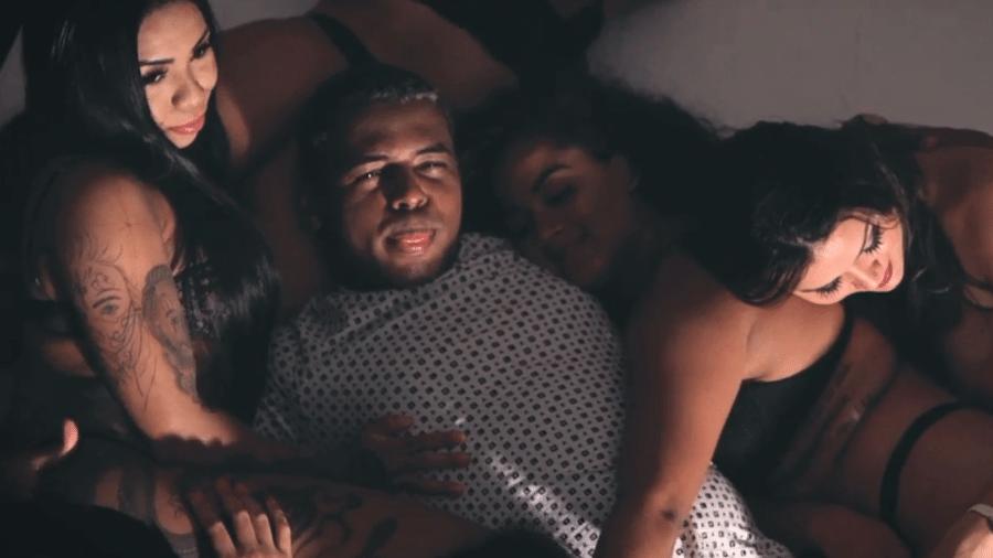 """O funkeiro MC Diguinho em cena do clipe """"Só Surubinha de Leve"""" - Reprodução/YouTube"""