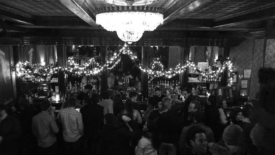 """""""Speakeasy"""": expressão para falar baixinho! The Backromm é um dos bares sobreviventes da lei seca nos EUA. Na época, os drinks eram servidos em xícaras de chá, para enganar a polícia. E até hoje se bebe assim por lá - Vladimir Maluf/UOL"""