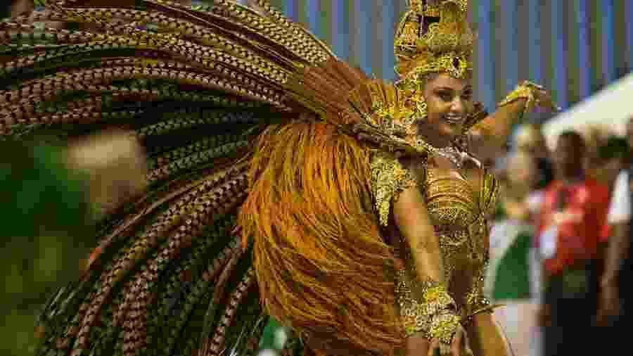 Camila Silva, rainha de bateria da Mocidade Independente de Padre Miguel, brilha em desfile em 2018 - Bruna Prado/UOL