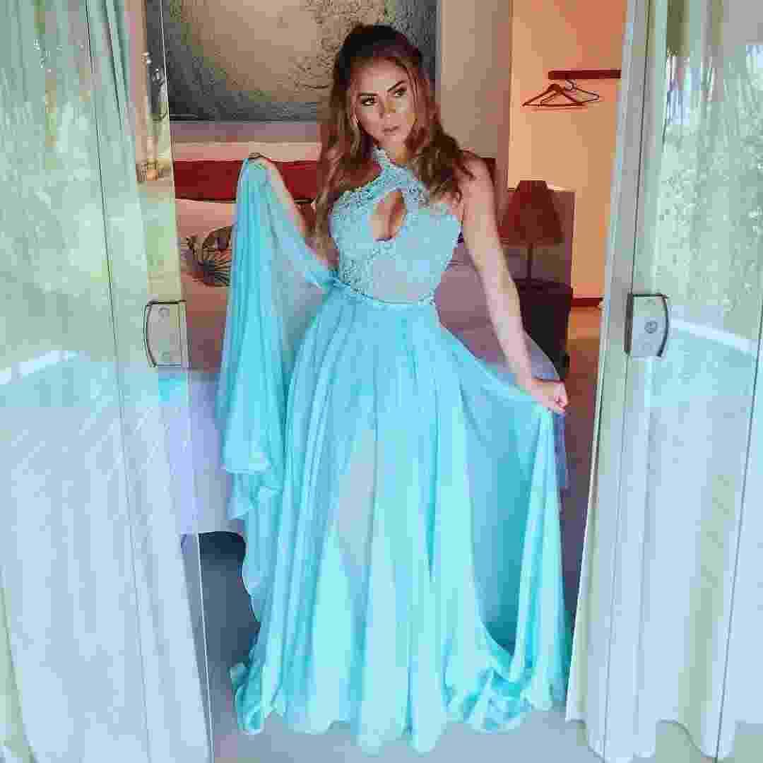 A cantora Lexa, namorada do MC Guimé já está pronta para o casamento dos amigos Whindersson Nunes e Luísa Sonsa. Com look azul, bem no clima praia, a compositora investiu no decote e na transparência - Reprodução/Instagram