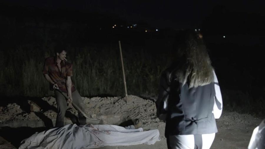 Zé Victor e Sophia enterram corpo de Mariano em cova rasa - Reprodução/GShow/O Outro Lado do Paraíso