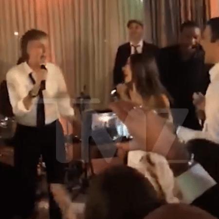 Paul McCartney canta em casamento - Reprodução/TMZ