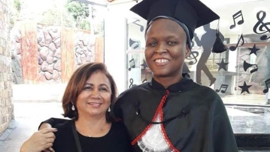 """Nadine com sua """"mãe"""" brasileira, Loide Wanderley, na formatura da faculdade de Direito, onde ganhou bolsa integral - Arquivo pessoal"""
