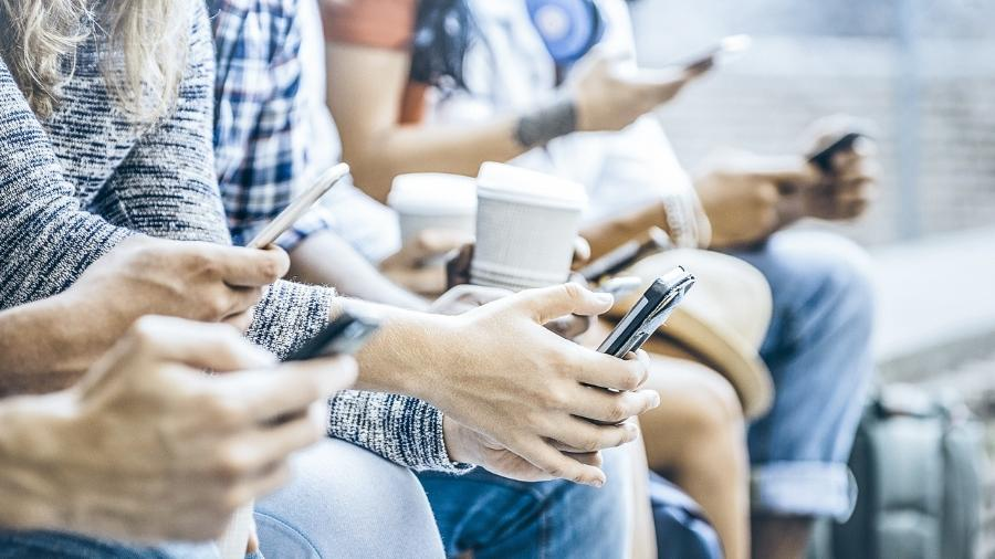 O uso maciço do WhatsApp, por exemplo, fez a população trocar a telefonia convencional pelos aplicativos - ViewApart/iStock