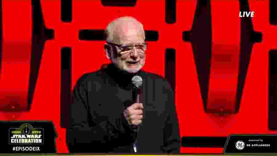 Ian McDiarmid surge no palco da Star Wars Celebration - Reprodução/Twitter
