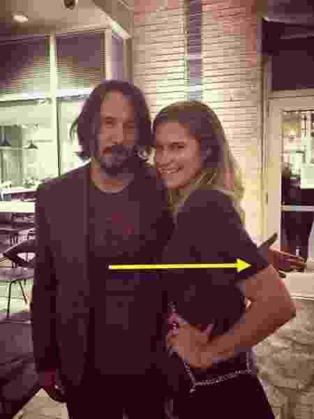 Fãs notaram pose de Keanu Reeves em fotos com mulheres - Reprodução/Twitter