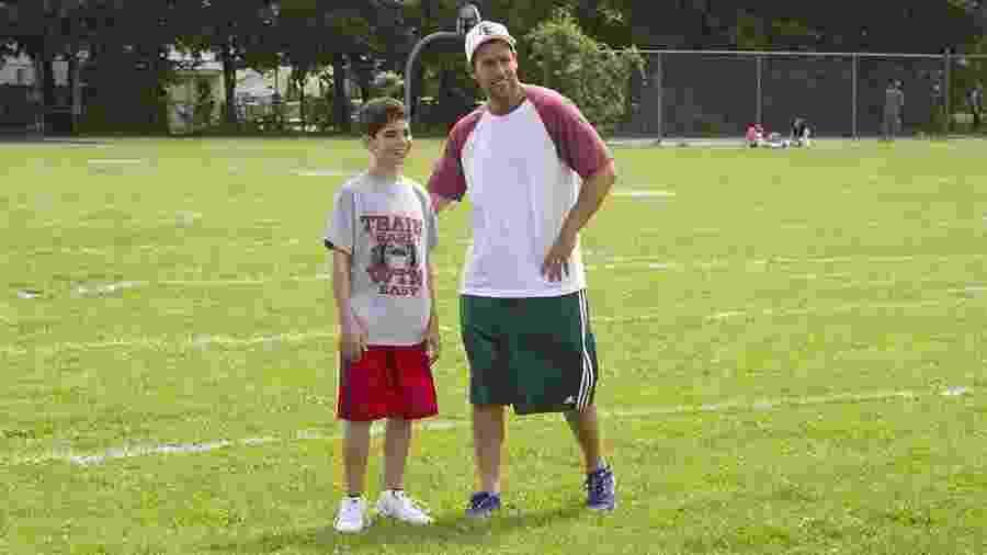 """Cameron Boyce com Adam Sandler no filme """"Gente Grande 2"""" - Divulgalção"""
