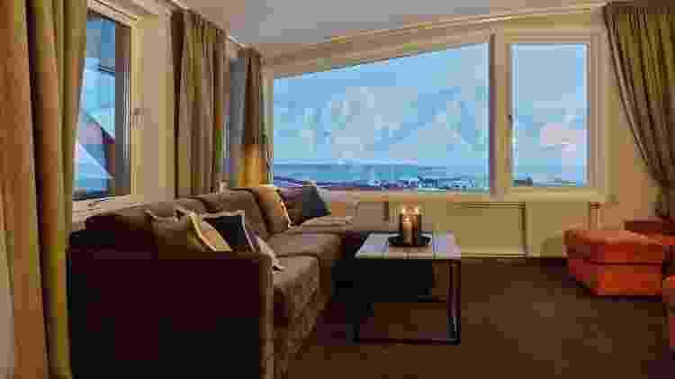 Acomodações do hotel oferecem vista para montanhas nevadas - Hurtigruten Svalbard/Agurtxane Concellon