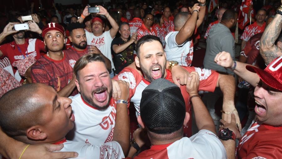 Compositores campeões da Unidos de Padre Miguel comemoram a vitória - UOL