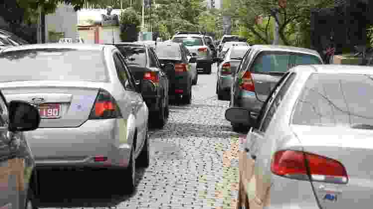 Estacionar em fila dupla é uma das infrações frequentes no embarque e no desembarque de passageiros - Edson Silva/Folhapress