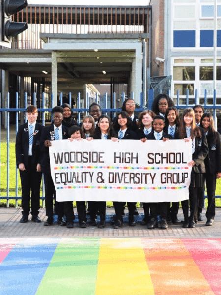 Faixa de pedestres com as cores do arco-íris em frente a escola ao norte de Londres - Reprodução