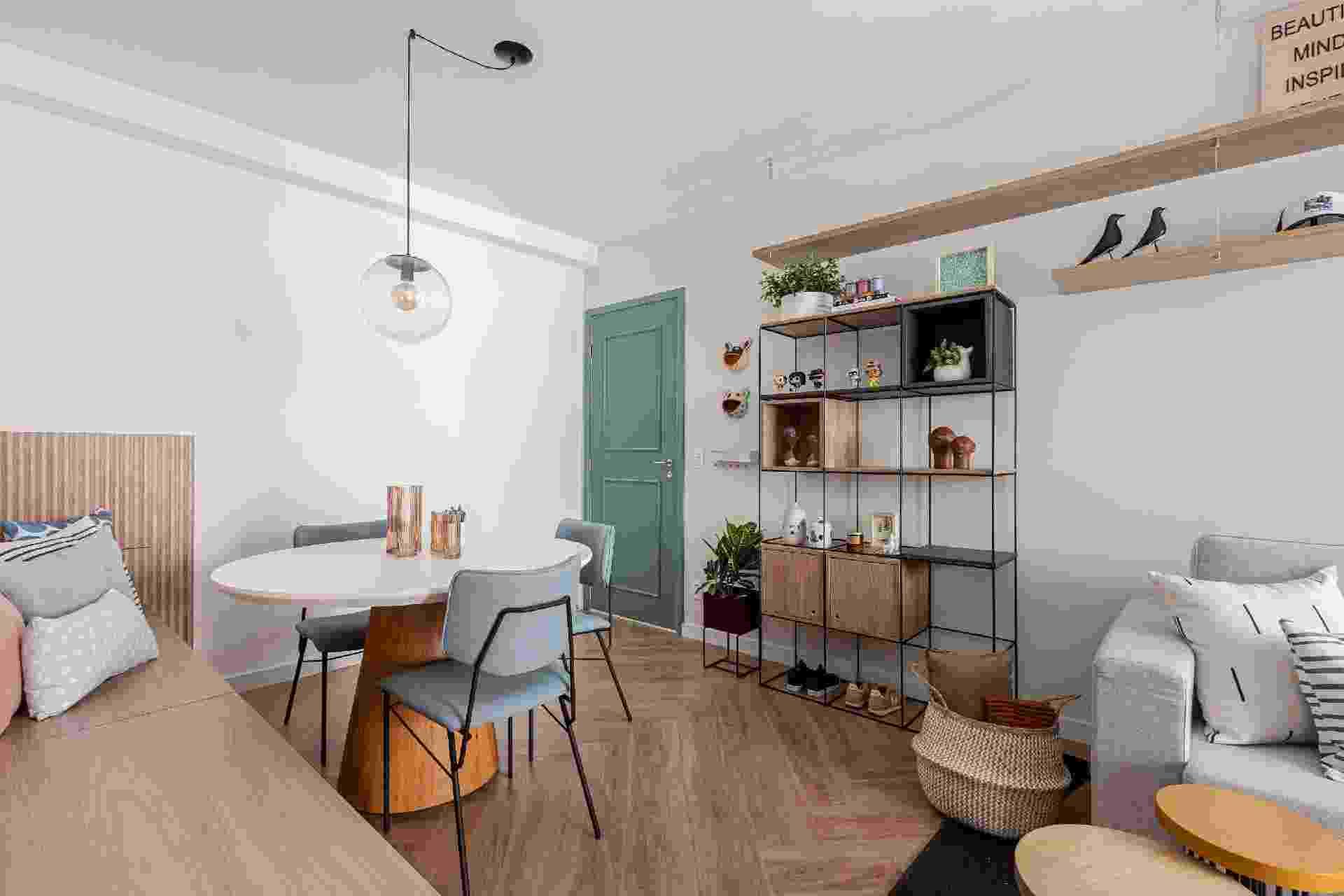 Primeiro imóvel de um jovem casal, o apartamento em Guarulhos (São Paulo) não passou por mudanças estruturais. Para dar aconchego e funcionalidade ao espaço de apenas 50 m², o escritório Apto41 apostou em acabamentos caprichados por todos os cômodos. - Gisele Rampazzo