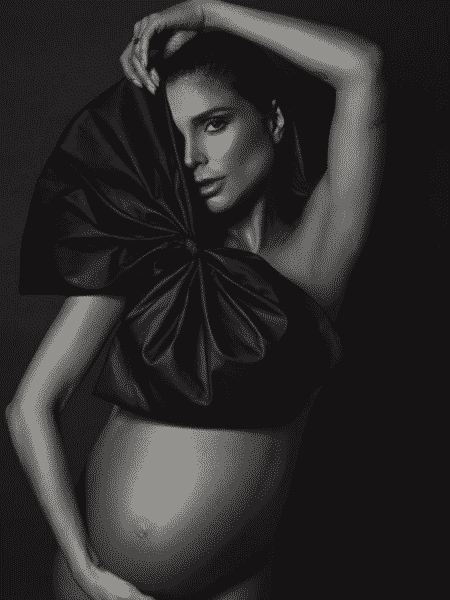 Flávia anunciou trabalho de parto com foto de ensaio realizado ontem, às vésperas da bolsa estourar - Reprodução/Instagram/@flavia_viana