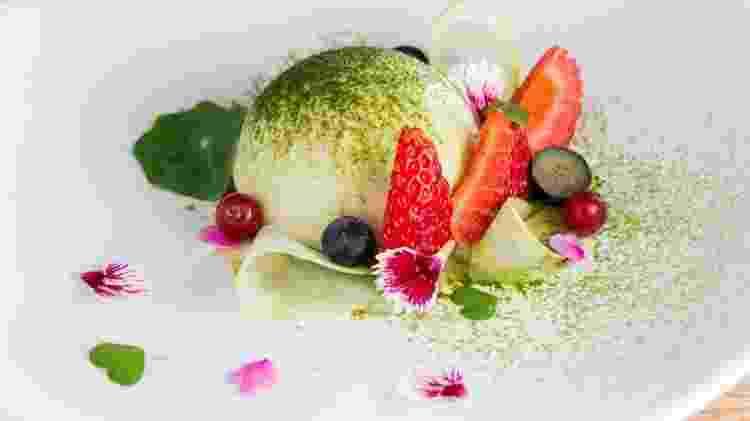 Luna de matchá: mousse de chocolate branco com chá verde com feijão azuki, frutas e flores - Divulgação Vivi Wakuda - Divulgação Vivi Wakuda