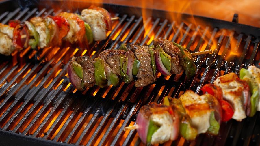Espetos com cubos de carne e frango e vegetais: pertinho da brasa - Lew Robertson/Getty Images