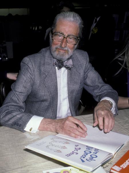 01.03.1986 - Theodor Geisel, o Dr. Seuss, assina exemplar de um de seus livros em Nova York (EUA) - Ron Galella Collection via Getty Images