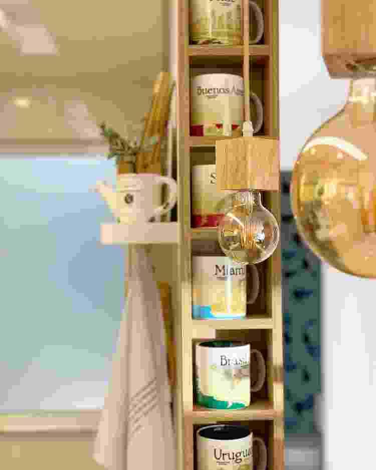 Nichos acomodam a coleção de canecas economizando espaço - Arquivo pessoal - Arquivo pessoal