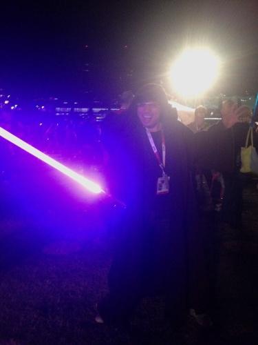 """10.jul.2015 - O fanático por """"Star Wars"""" Joe usa figurino da legião rebelde e manipula um sabre de luz durante o concerto que homenageou a saga na Comic-Con 2015, em San Diego, nos Estados Unidos, nesta sexta-feira"""