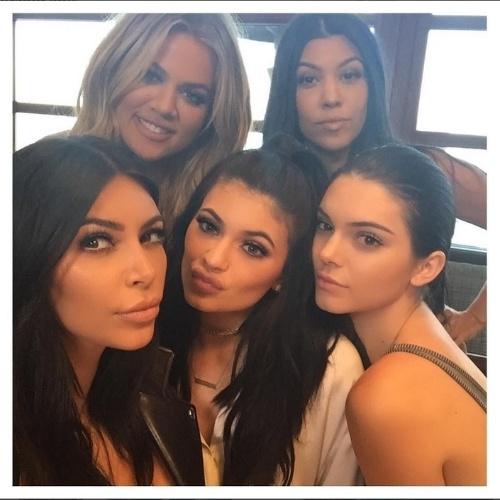 8.ago.2015 - Na madrugada deste sábado,  Kim Kardashian posou com as irmãs para uma selfie. A socialite aparece com Khloe Kardashian, Kylie Jenner, Kendall Jenner e Kourtney Kardashian