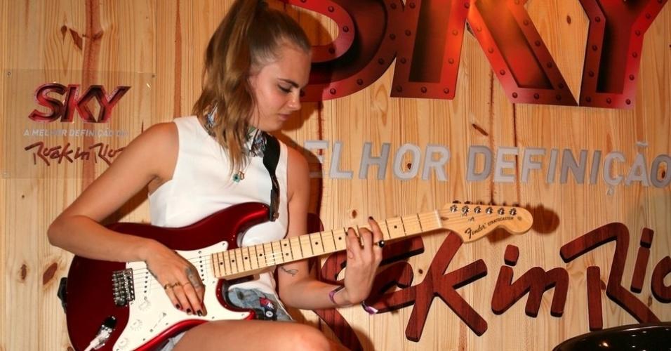 26.set.2015 - Cara Delevingne toca guitarra Fender em camarote do Rock in Rio. A top britânica veio ao Rock in Rio acompanhar o show da cantor Rihanna, sua amiga