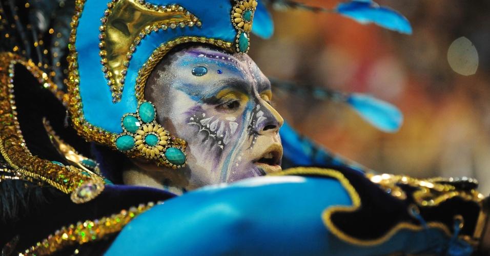 7.fev.2016 - Folião canta o samba-enredo do Império de Casa Verde, que investigou os mistérios da humanidade em seu desfile na madrugada deste domingo