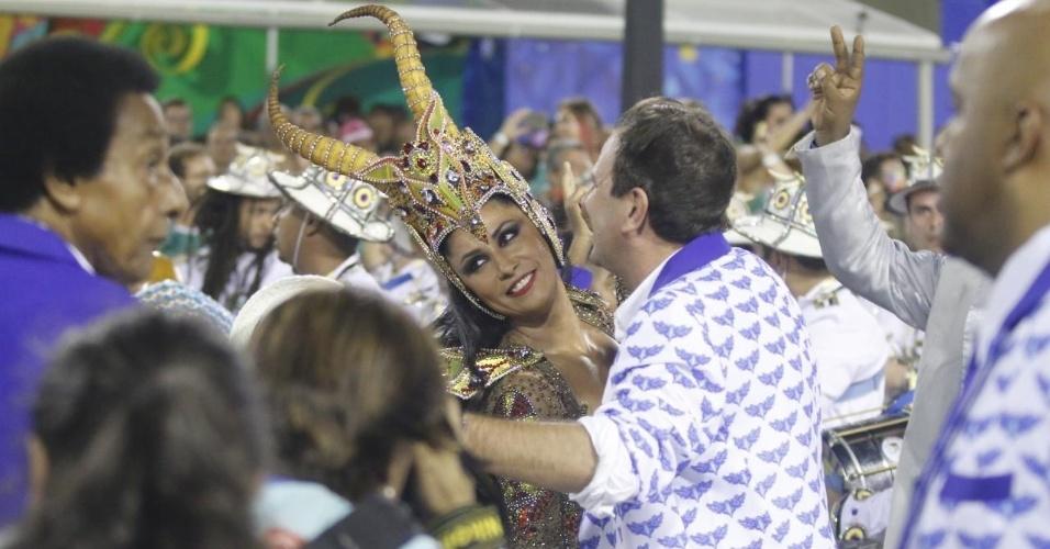 9.fev.2016 - Prefeito do Rio de Janeiro, Eduardo Paes cai no samba com a rainha de bateria da Portela Patrícia Nery