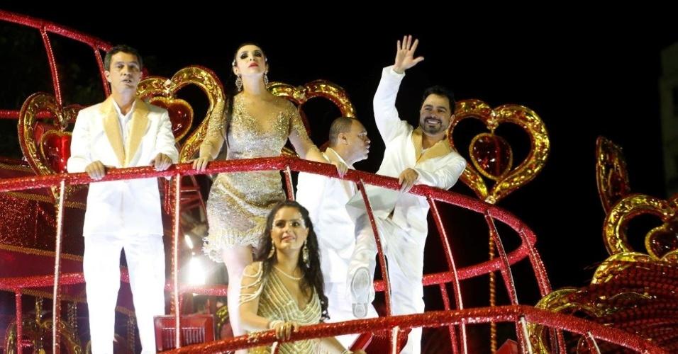 9.fev.2016 - Família de Zezé e Luciano começam a se arrumar em cima de carro alegórico na concentração da Imperatriz Leopoldinense