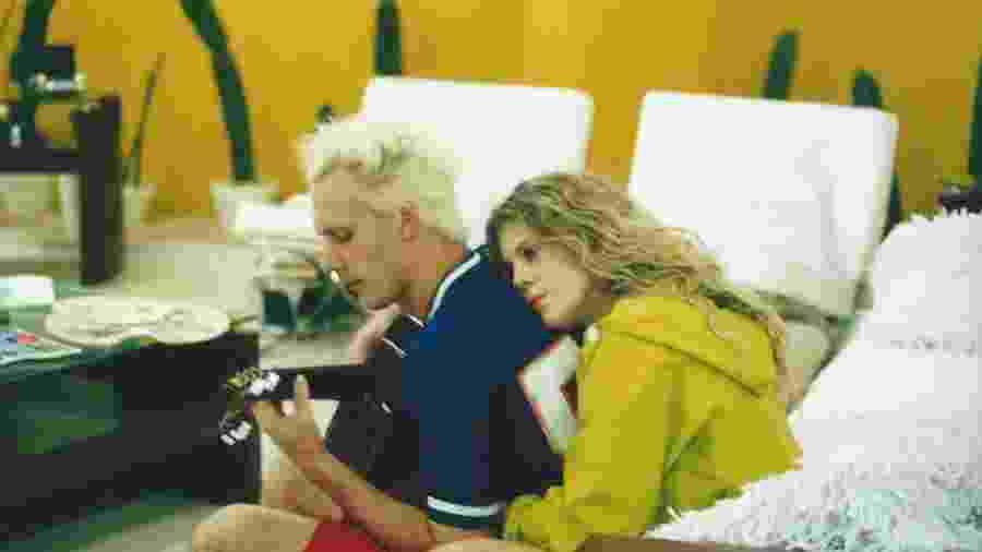 """Supla e Bárbara Paz na """"Casa dos Artistas"""", reality show do SBT, em 2001 - Divulgação/SBT"""