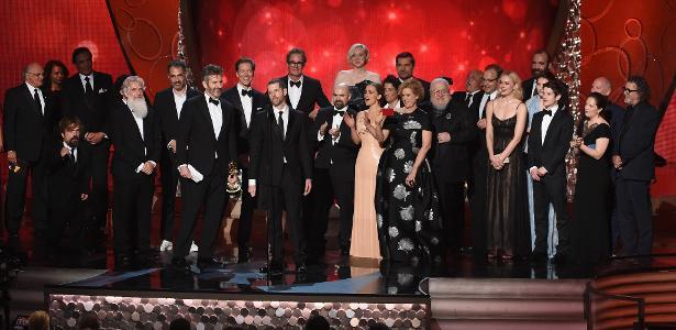 """18.set.2016 - Equipe de """"Game of Thrones"""" comemora o prêmio de melhor série dramática que a produção levou no Emmy 2016"""