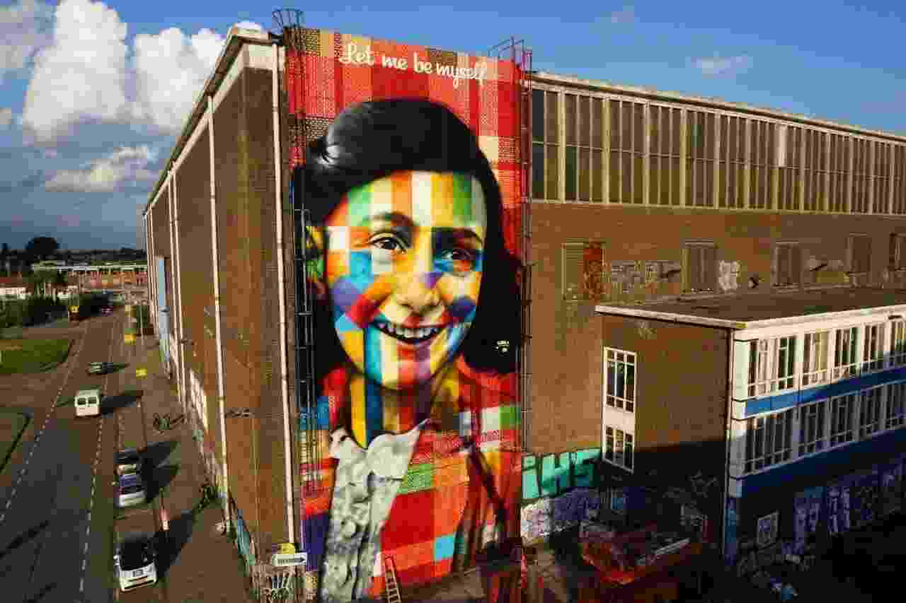 """2.out.2016 - Kobra usou 450 latas de spray e 35 litros de tinta acrílica para pintar o rosto de Anne Frank em Amsterdã. O painel faz parte da série """"Olhares da Paz"""" e, coincidentemente, foi concluído no dia em que se celebra o Ano Novo judeu - Divulgação"""